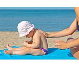 Kleinkind, Sonnenschutz, Eincremen, Sonnencreme